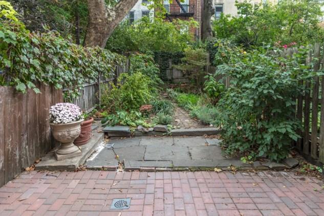 717 Garden St - yard