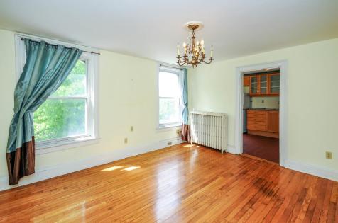 526 Bloomfield St apt living room 2