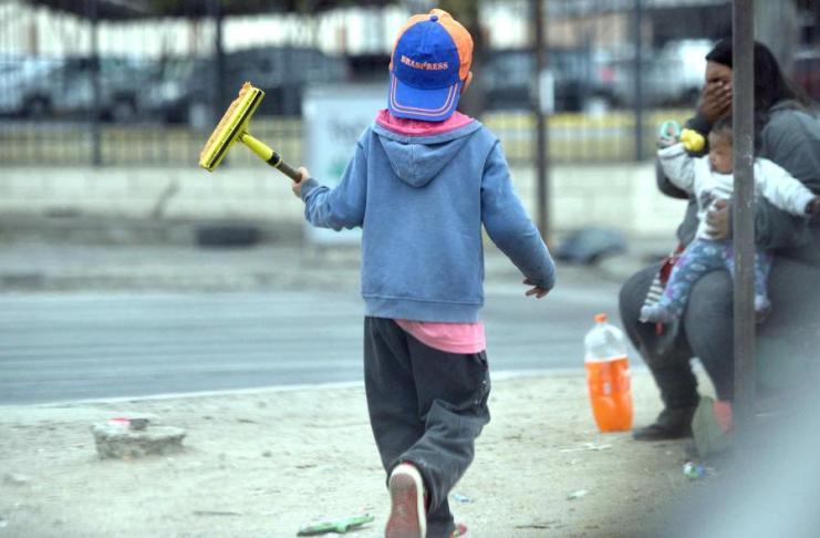 Dos niños con una hoja paraguas