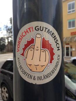 Die NPD versuchte sich an die Spitze der ostdeutschen Anti-Asylbewegung zu stellen. Dabei vermied sie es, ihr Parteilogo zu benutzen. Laut Verfassungsschutz ist NPD-Funktionär Enrico Hamisch für diese Aufkleber verantwortlich. Foto: Carsten Korfmacher