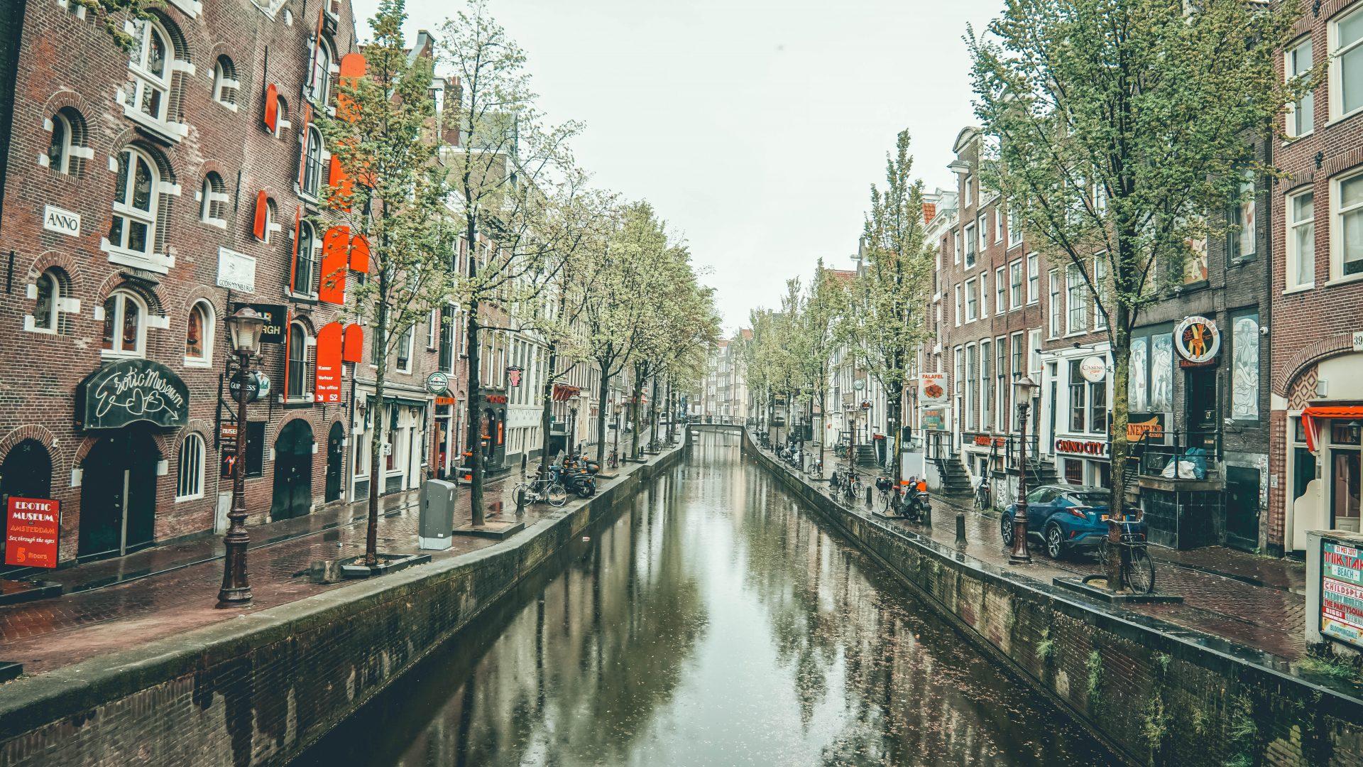 la historia del barrio rojo se remonta a la edad media cuando los burdeles de amsterdam eran por el sheriff en el siglo vii aparecieron los