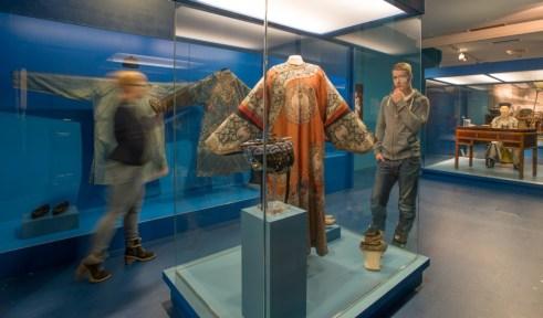 Besucher vor mandschurischem Hochzeitskleid (c) Übersee-Museum Bremen Foto Matthias Haase