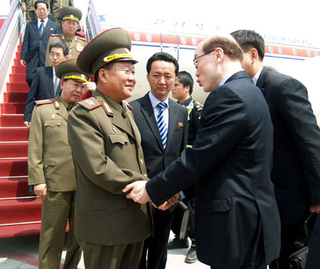 Choe shakes hands with Liu Jieyi, Wang's deputy at the International Liaison Department | image Rodong Sinmun, May 23, 2013