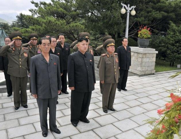 Kim Jong-un pays his respects | Image: Rodong Sinmun
