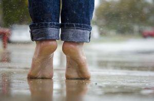 pieds nus d'une enfant vu de dos, sur la pointe des pieds