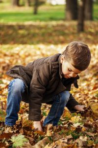 enfant joue dans la nature récré école Montessori s'instruire autrement