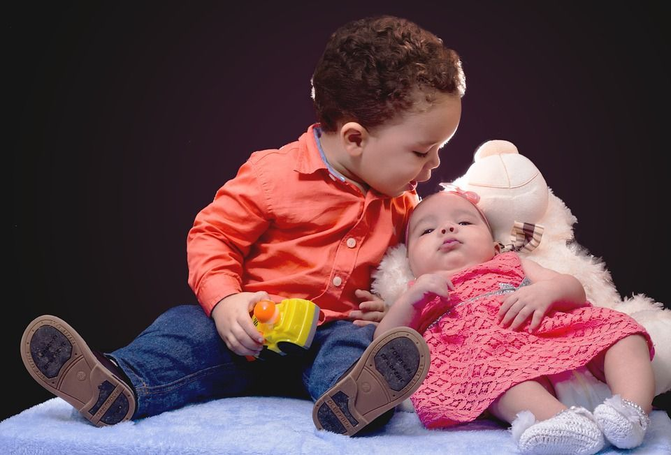 Enfants rapprochés : le calme ou la tornade ?