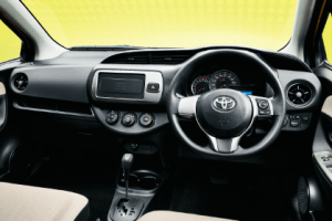 トヨタヴィッツの運転席画像