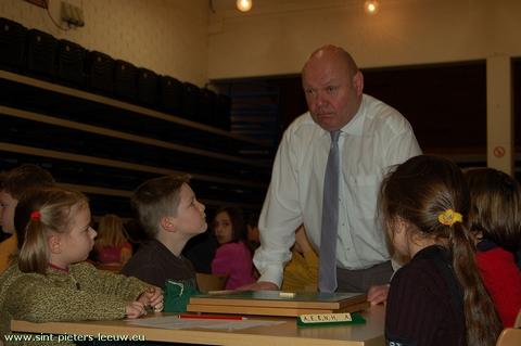 Cultuurfunctionaris Denis Deneulin van Sint-Pieters-Leeuw tijdens het 17de schoolscrabbeltoernooi
