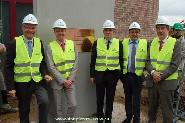 Koen Geens, Minister van Financiën, Jan Delcour, voorzitter van de raad van bestuur, Luc Deconinck, burgemeester van Sint-Pieters-Leeuw, René, Dirk en Geert Lindemans