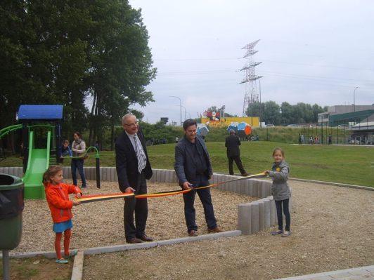 Burgemeester Luc Deconinck en schepen voor Jeugd, Bart Keymolen knipten het lint door.