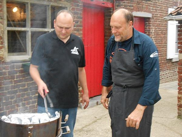 Gerrit Decock (Hoebelfeesten) en Raymond De Saegher (Hoebelbike) bakken de typische boestering