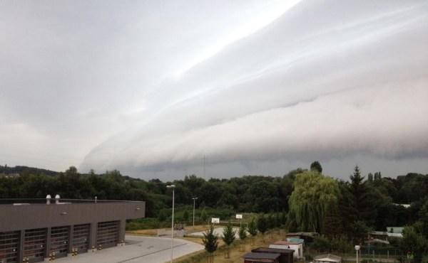 2013-07-27-rolwolken_grens-Halle_Sint-Pieters-Leeuw_aan-brandweerkazerne