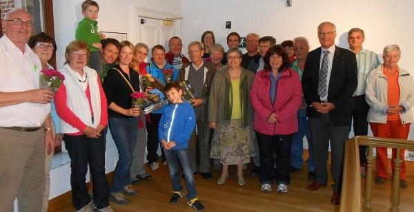 Burgemeester Deconinck en schepen De Kegel met de organisatoren van Streekvereniging Zenne en Zoniên en enkele winnaars van de zoektocht.
