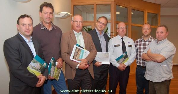 schepen Gunther Coppens, Michel Froidmont, burgemeester Luc Deconinck, schepen Jan Desmeth, Korpschef Mark Crispel, milieuambtenaar Ben Vanhoorebeek  en administratief medewerker Bruno Crokaert.