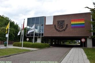 2020-05-13-gemeentehuisSPL_witte-en-regenboog-vlag_01