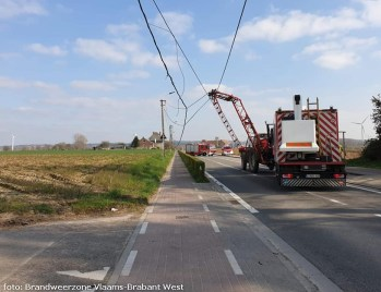 2021-04-02-landbouwvoertuig raakt electriciteitskabels-02