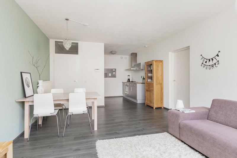 Woonkamer donkere vloer lichte muren  Appartement kopen