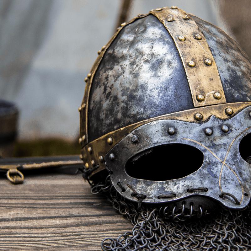 Keskiaikaisen näköinen kypärä
