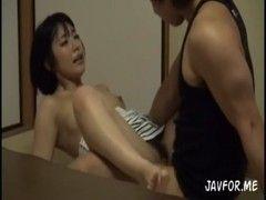 素人美乳ギャルが和室でセックスしている姿を隠し撮りした潮噴き動画