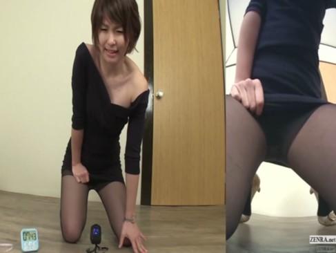 モデル系美人お姉さんがパンティーと黒パンストを履いたまま恥ずかしそうにおしっこをしている潮噴き動画