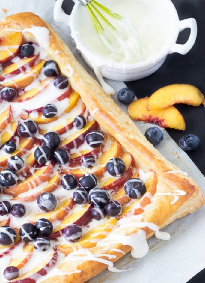 dessert puff pastry recipe idea for parties with blueberries and peaches