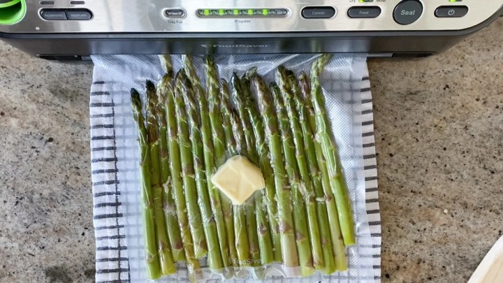 Vacuum sealing asparagus for the precision cooker