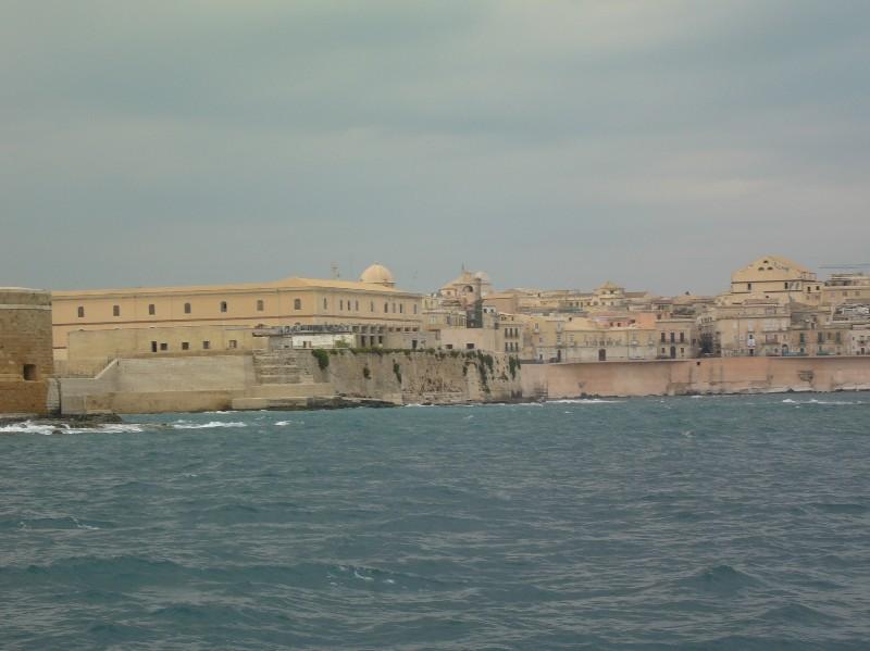 Siracusa: un piccolo pezzetto dell'isola di Ortigia visto dal mare