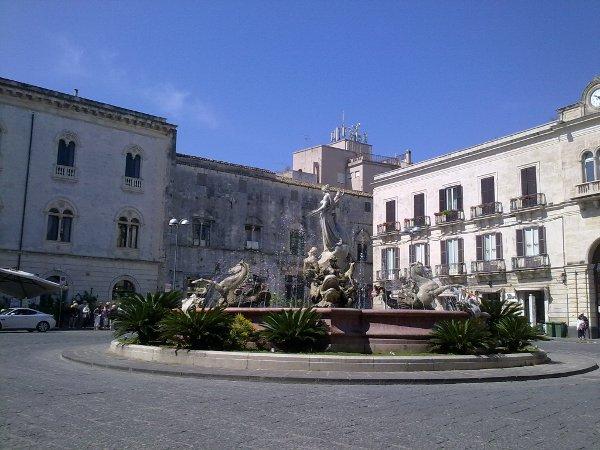Siracusa: Piazza Archimede con la Fontana di Diana