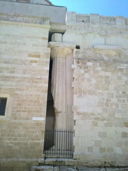 Colonna Dorica sulla murata esterna del Duomo di Siracusa