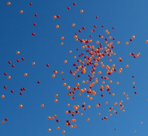 """Virginia Tech balloon release"" April 2007 (https://flic.kr/p/qPcFJn)"