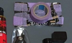 普通のマスキングテープと弦の入っていた厚紙