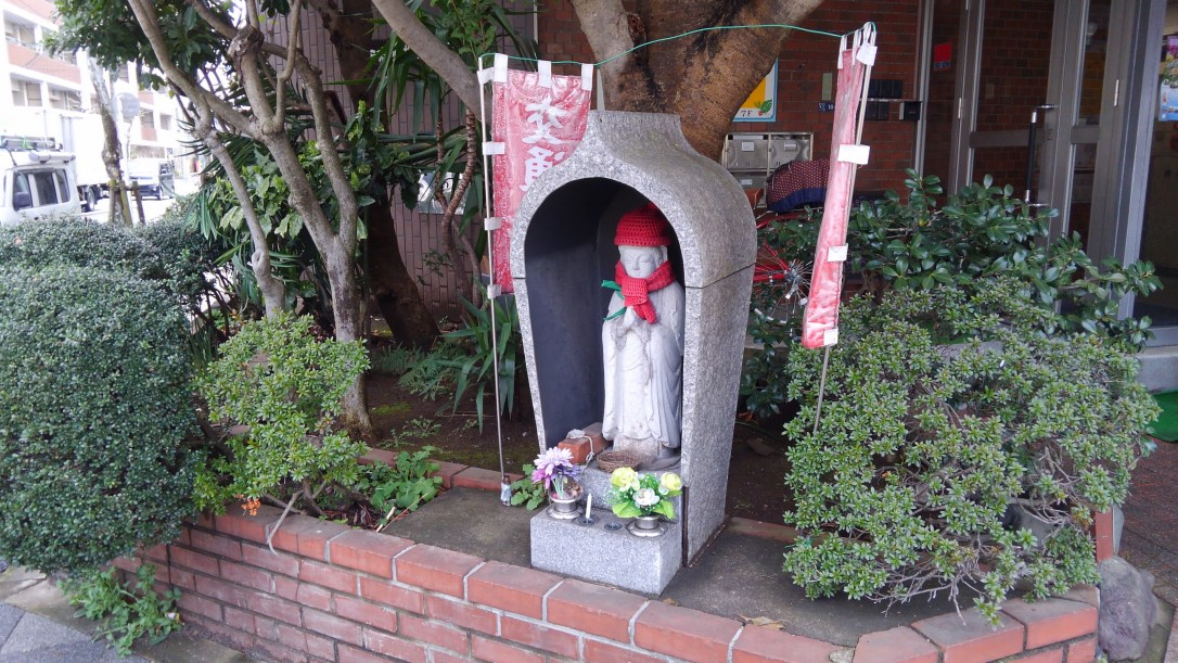能見宿禰神社入り口への曲がり角のお地蔵様