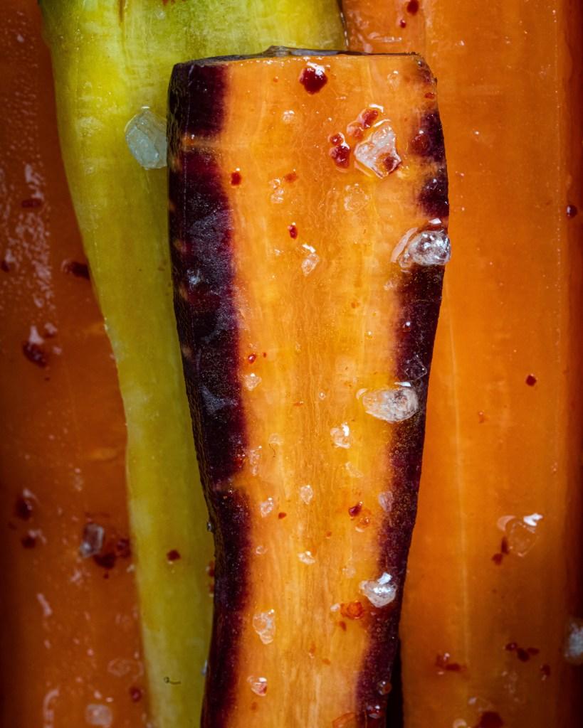 סגולים, צהובים וכתומים – צרור של גזרים צבעוניים, שפעם היה אפשר למצוא רק בשוק האיכרים, עכשיו בכל סופרמרקט. והם יפים,  בריאים וסופר-טעימים. הזדמנות מצוינת לעשות מהם צימעס,  השנה בניחוח אסיאתי   צימעס ריינבו, בניחוח אסיאתי  סירפלא נמרוד סונדרס אורלי פלאי ברונשטיין