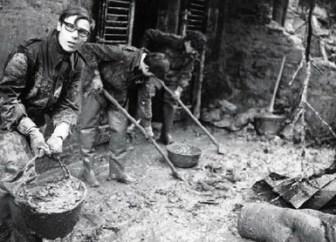 図6 洪水後のフィレンツェ市民たち(1966年洪水アーカイヴ)