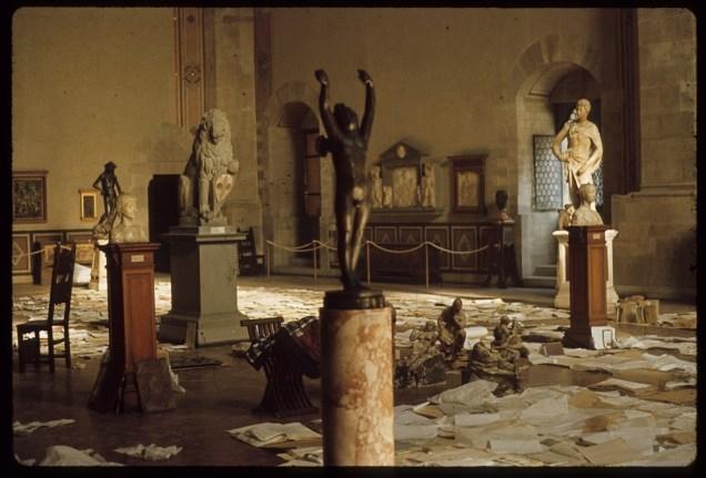 図1 1966年洪水時の国立バルジェッロ美術館の様子 『記憶を守るーー破壊と再生の歴史』展 展示史料 聖エウストロジオ寺院附属美術館、2016年