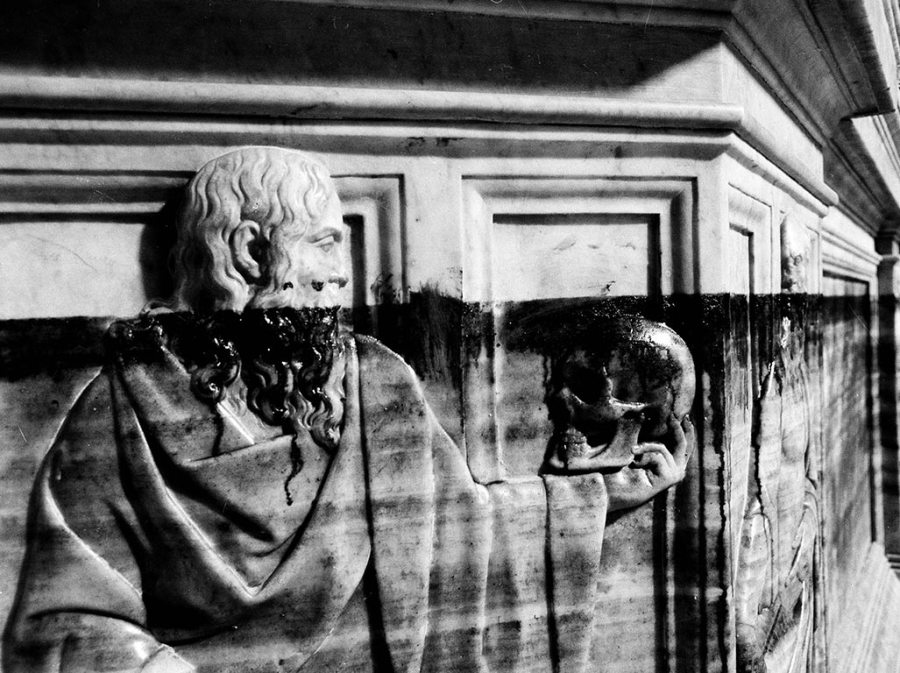 図2 フィレンツェ大聖堂内バッチョ・バンディネッリの浮彫彫刻、洪水時に水が到達した場所までの損傷が著しい様子/Foto Alinari、Raffaello Bencini撮影