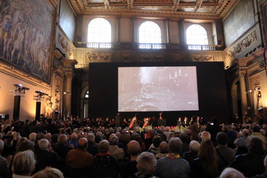 図1 2016年に開催された記念式典の様子/ R.it Firenze《Firenze, 50 anni fa l'alluvione: gli Angeli del Fango sono tornati in città》2016年11月4日 新聞記事