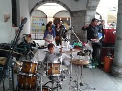 Niño tocando batería -acto electoral 09.05