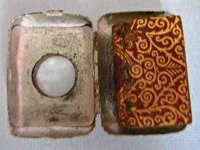 Al Qur'an dalam kotak logam