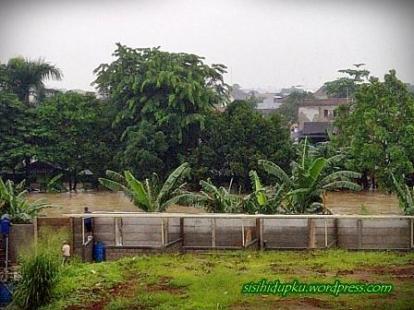 Sungai Cikeas yg meluap, diseberang tampak perumahan Villa Nusa Indah