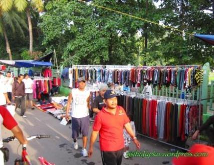 Berbagai pakaian tersedia...
