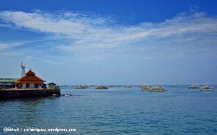 Pantai Pelabuhan Ratu disebelah kiri Gado Bangkong.