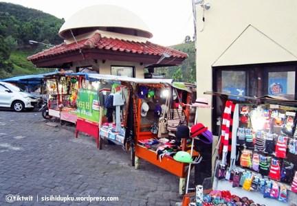Penjual souvenir dan kerajinan tangan.