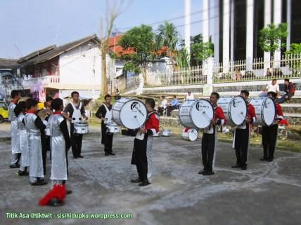 Latihan drum band.