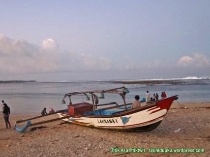Perahu nelayan yang tertambat di pagi hari.