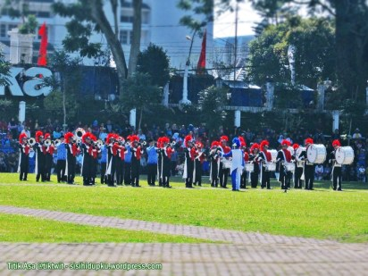 Pasukan marching band, di bagian kanan lapangan.