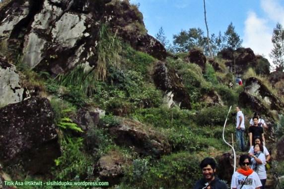 Jalan yang menanjak menuju Bukit Batu Pandang.