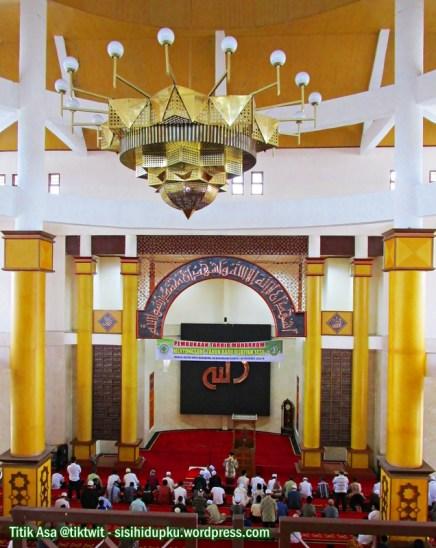 Menatap dari lantai dua masjid.