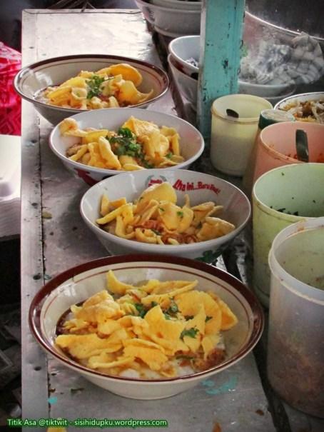 3. Diatas bubur ditaburi kerupuk,seledri, kacang kedelai goreng dan bawang goreng.